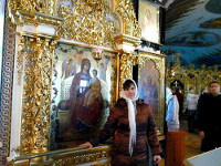 Лена Мельниченко у иконы «Всецарица» | Фото с сайта pravoslavie.ru
