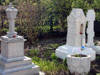 Могилы основателей храма