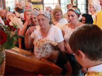 Верующие лобызают икону праздника