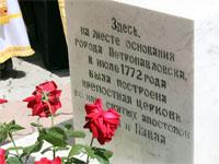 Памятная табличка в основании поклонного Креста