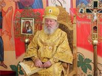 Владыка слушает отрывок из богослужебного Апостола