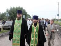 Духовенство идёт от будущей мечети к будущему храму