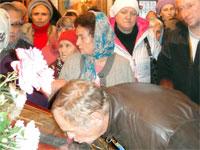 Верующие поклоняются иконе праздника