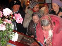 Верующие лобызают праздничную икону