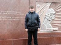 Фото на фоне доски в честь героев 314 Стрелковой Дивизии