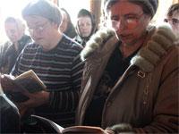 Верующие на чтении канона