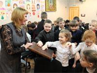 Колясина Анна Геннадиевна показывает ребятам старинные книги