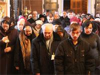 Молящиеся в храме