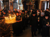 Молящиеся на акафисте со свечами