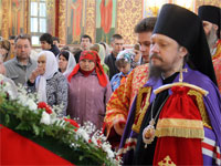 Владыка молится перед праздничной иконой