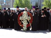 Возложение цветов священством