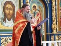Отец Игнатий оглашает приветственное слово владыки митрополита