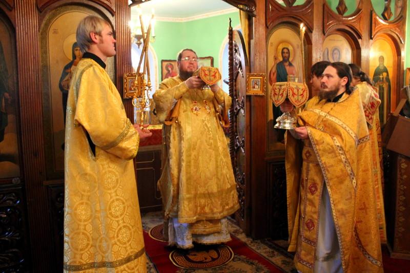 Воскресная литургия архиерейским чином в храме святого Иоанна Кронштадтского