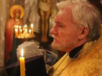 Отец Евгений случает чтение святого Евангелия