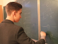 Учитель объясняет тему по физике