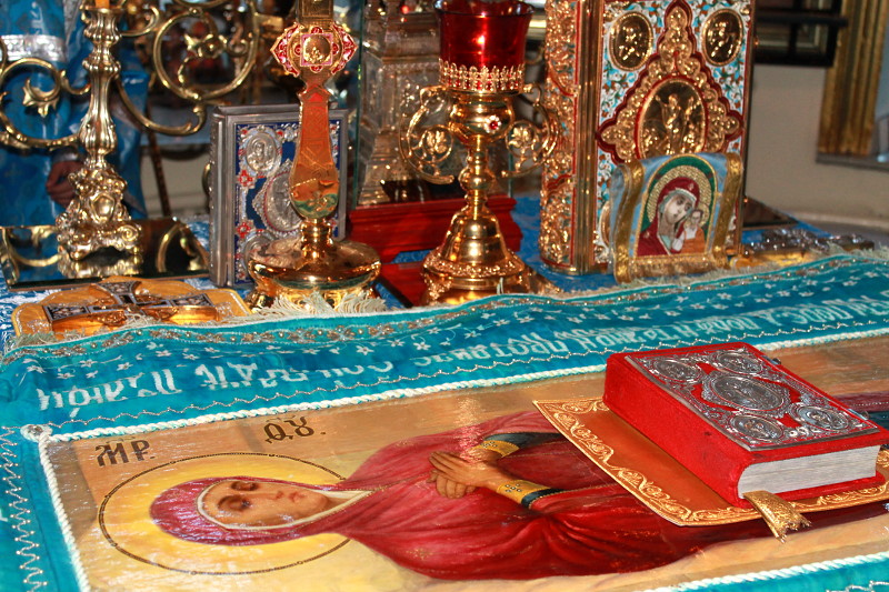 Вечером 29 августа в храме Всех Святых состоялся вынос Плащаницы Пресвятой Богородицы и чин погребения Божией Матери