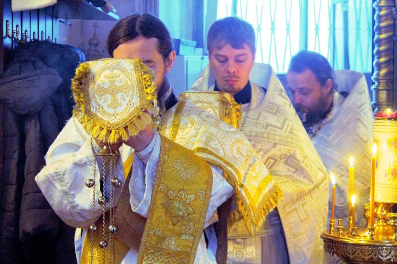Ра́дуйся, Михаи́ле, вели́кий Архистрати́же, со все́ми Небе́сными си́лами