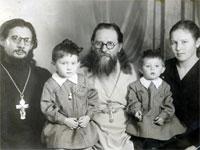 Кондратюк И.О с сыном Николаем, его женой Ниной и внучками Ирой (старшая) и Аней